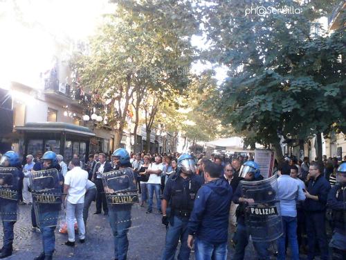 Le Sentinelle in piedi protette dalla polizia in tenuta antisommossa.